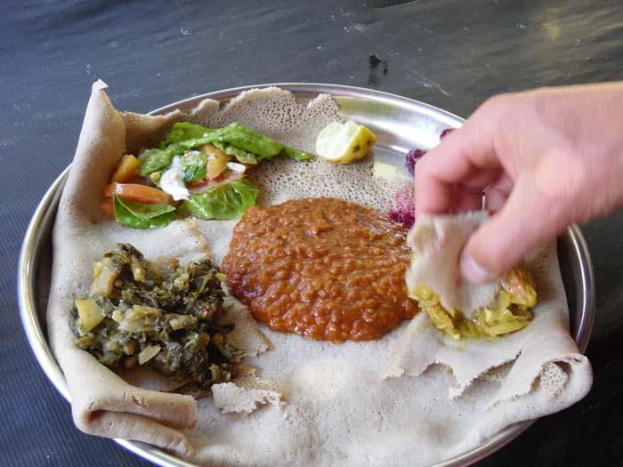 Äthiopisches Mittagessen in Addis Abeba